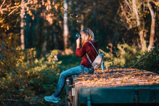 immagine di ragazza che fotografa la natura