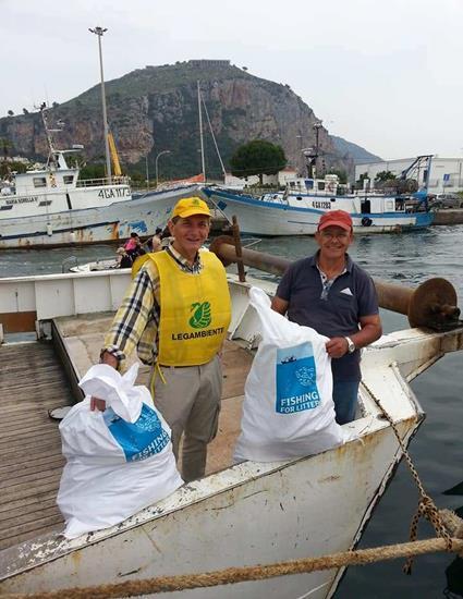 foto di pescatori che raccolgono rifiuti