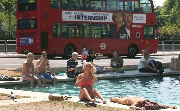 gente in costume ai bordi di una fontana a Londra