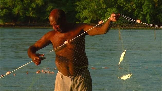 immagine di un pescatore nel Pacifico meridionale