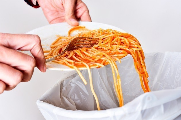 immagine di spaghetti buttati nella spazzatura