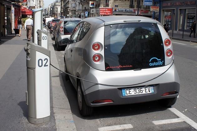 immagine di un 'auto elettrica in ricarica a Parigi