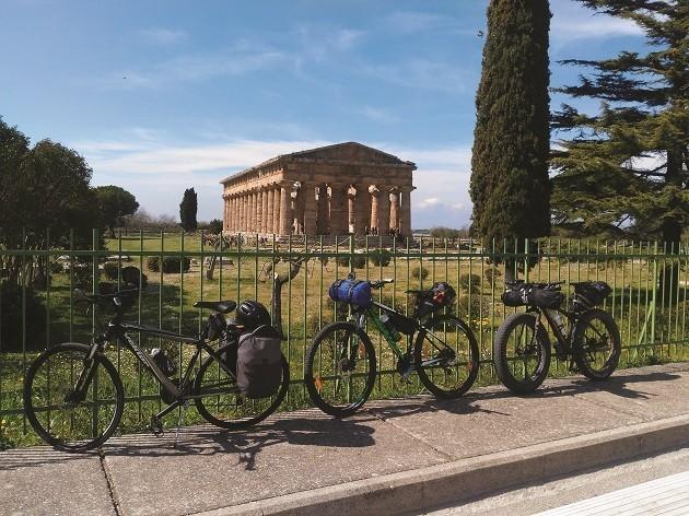 foto di bici parcheggiate di fronte al tempio di Paestum