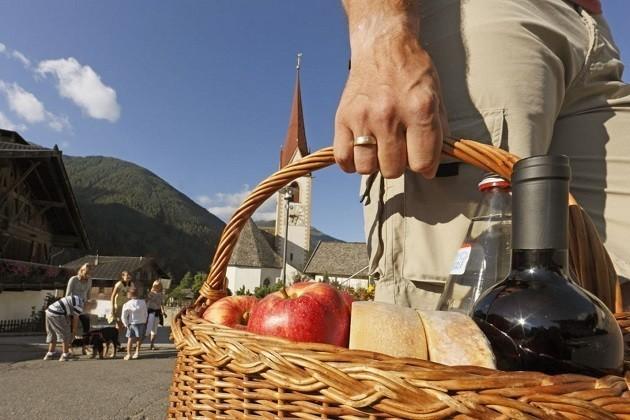 Un signore ha comprato dal contadino dei prodotti in Sudtirolo