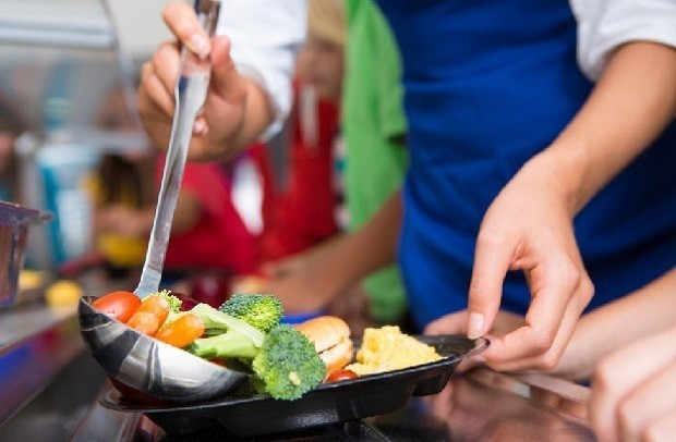 """immagine """"stretta"""" di un mestolo pieno di verdure"""