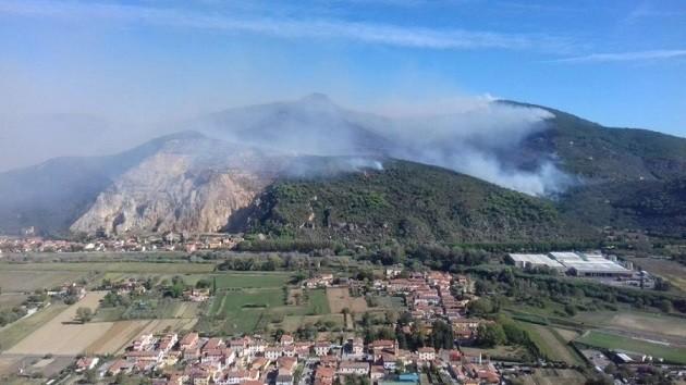 foto del Monte Serra in fiamme
