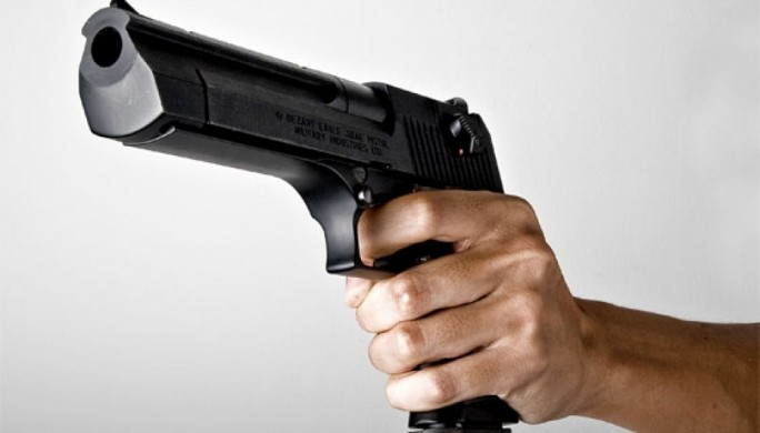 foto di una mano che impugna una pistola