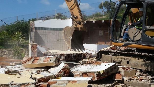 Ruspe abbattono una casa abusive a Licata Contrada Cavaddruzzu