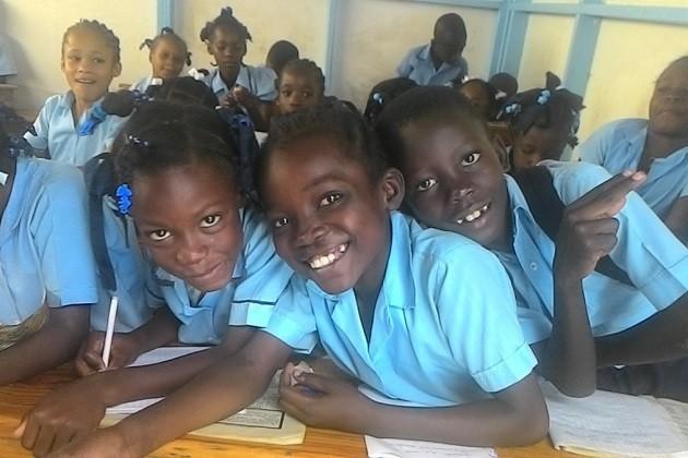 foto di bambini a scuola ad Haiti