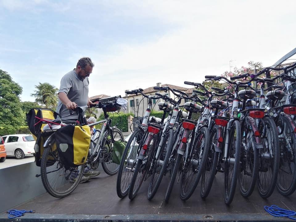 foto di un parcheggio bici alla Bike Stop di padova