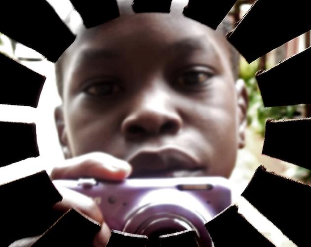 L'immagine di un bambino africano con in mano una macchina fotografica