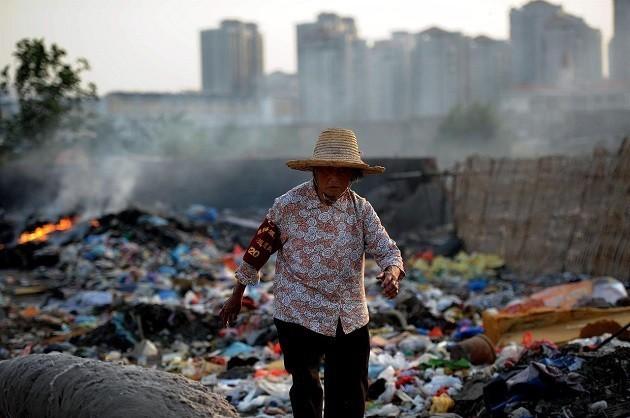 Una montagna di rifiuti in Cina