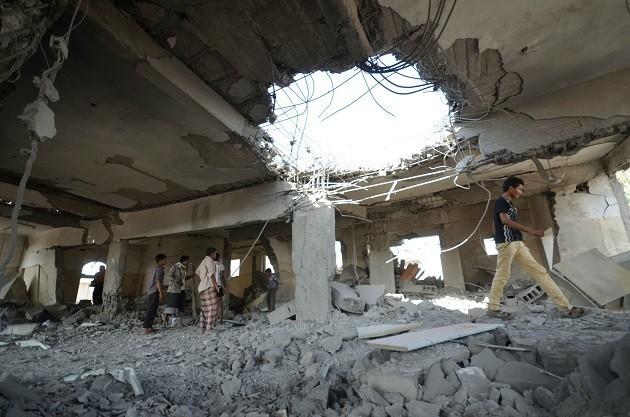 Un palazzo distrutto dai bombardamenti aerei a Hodeidah, Yemen