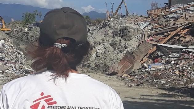 Un'operatrice di MSF in Indonesia in una zona colpita dal terremoto
