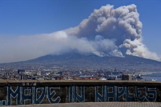 Un'immagine di un incendio sotto il Vesuvio a Napoli
