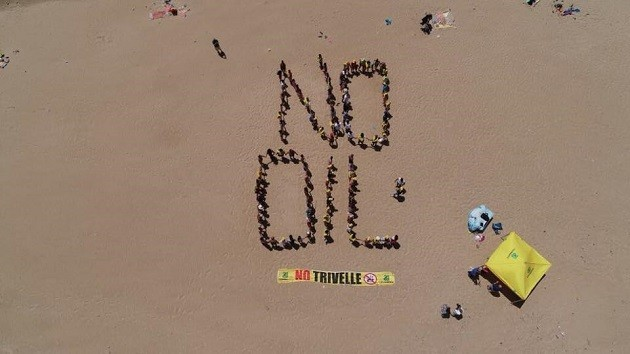 "immagine dall'alto di un flash mob per comporre scritta ""No Oil"""