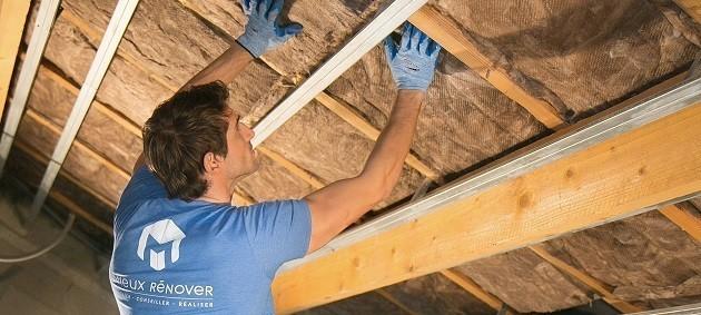 operaio al lavoro per installare isolanti termici
