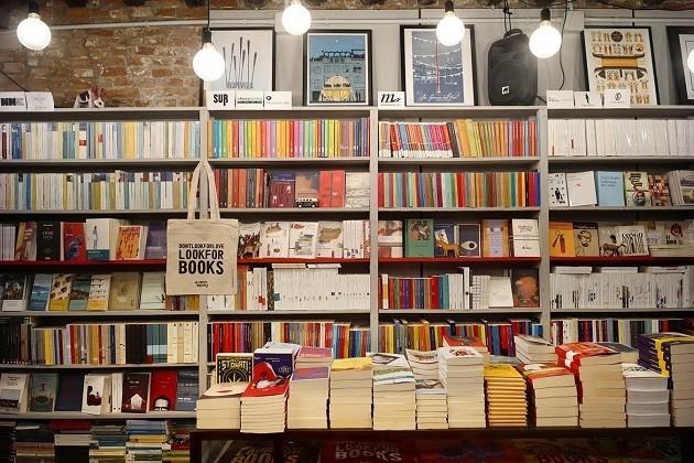 Libri esposti all'interno di una libreria