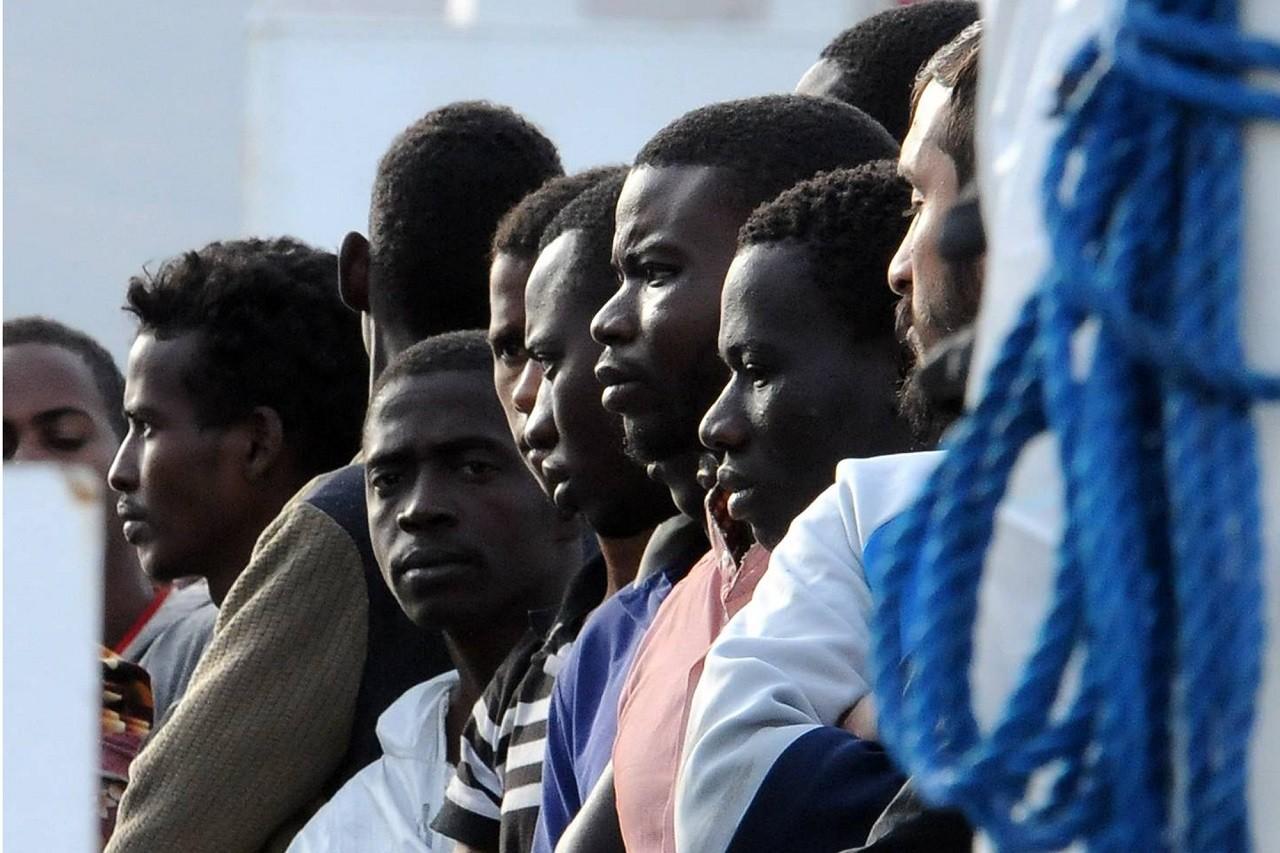 Fotografia di migranti sbarcati in un porto italiano