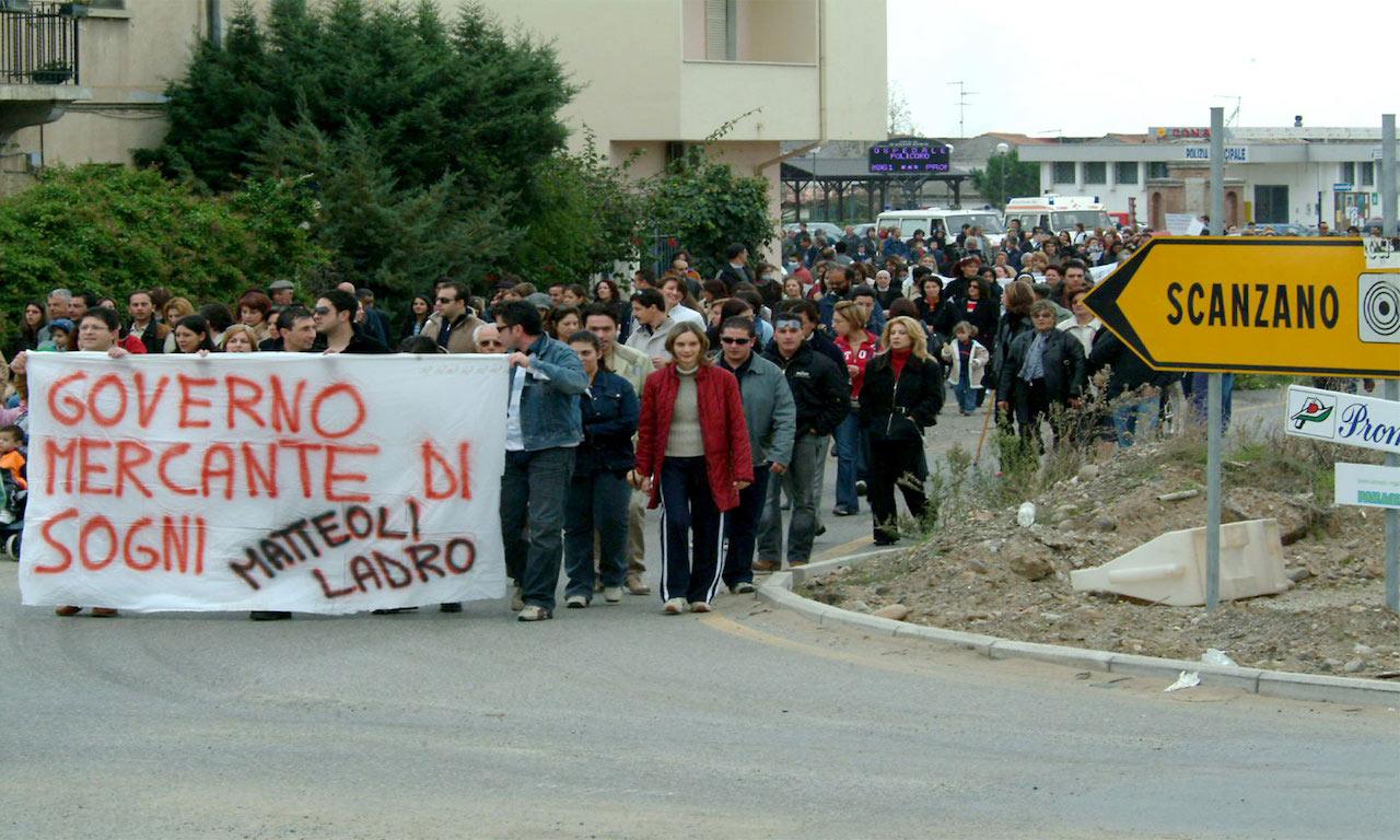 Un'immagine delle proteste a Scanzano contro il deposito di scorie nucleari