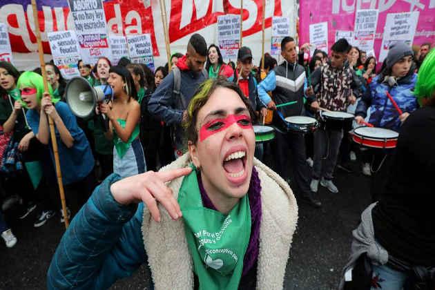 Una donna nel corso di una manifestazione a difesa dei diritti delle donne