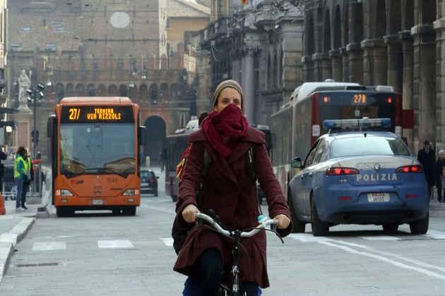 L'immagine di una donna in bicicletta a Bologna