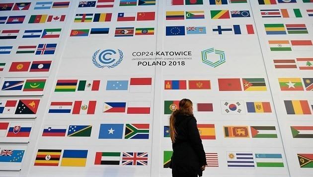 Un panel con le bandiere di tutti i Paesi partecipanti alla Conferenza sul Clima Cop24