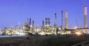 una foto della raffineria Syndial di Gela