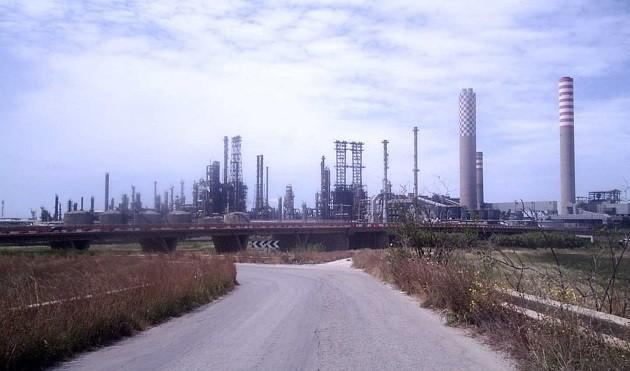 La fotografia di una raffineria a Gela