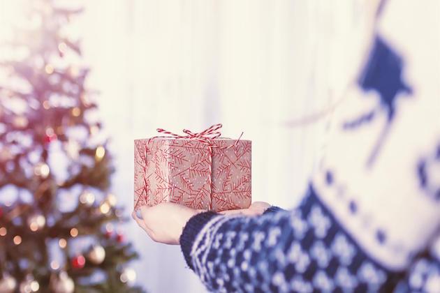 L'immagine di un bambino che riceve un regalo per Natale