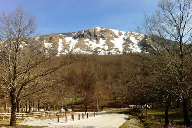 Un'immagine di una montagna innevata nel Parco dell'Appennino Lucano Val D'agri Lagonegrese