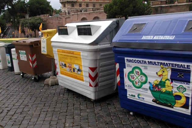 L'immagine di cassonetti per la raccolta differenziata a Roma
