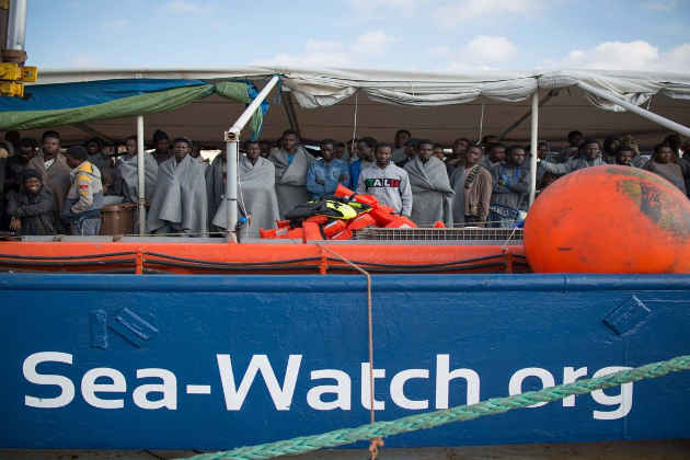 Una nave di Sea Watch con a bordo dei migranti soccorsi in mare