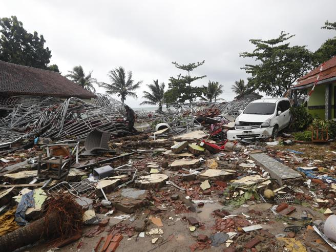 Un'immagine dei danni causati dallo tsunami in Indonesia