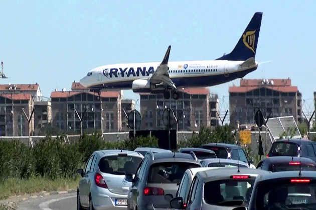 L'immagine di un aereo in atterraggio all'Aeroporto di Ciampino