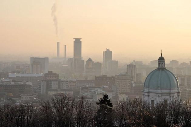 Un'immagine di Brescia avvolta nello smog