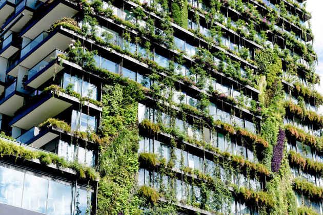 L'immagine di un condominio con molto verde