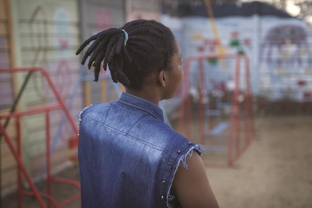 immagine, di spalle, di una giovane richiedente asilo