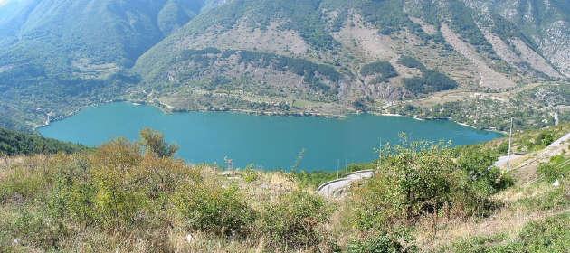 una foto panoramica del Lago di Scanno