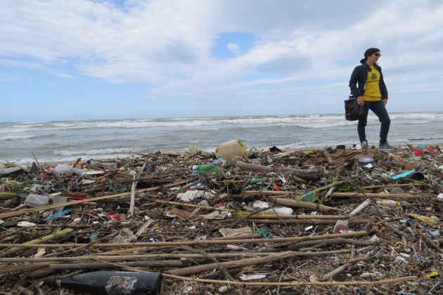 Una volontaria di Legambiente Lazio pulisce una spiaggia del litorale laziale