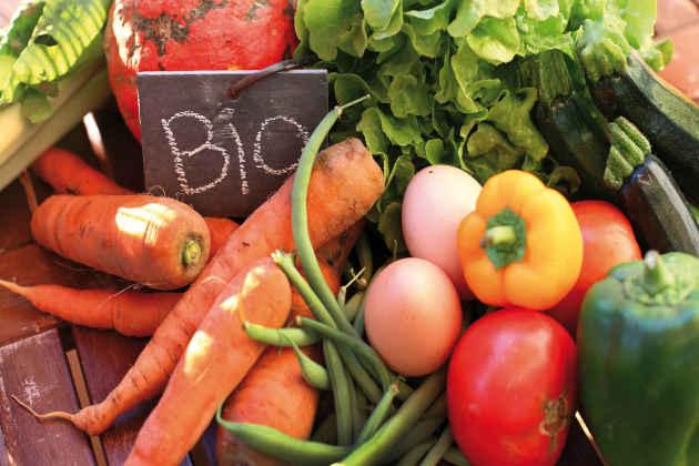 L'immagine di un banco di frutta e verdure di un mercato contadino