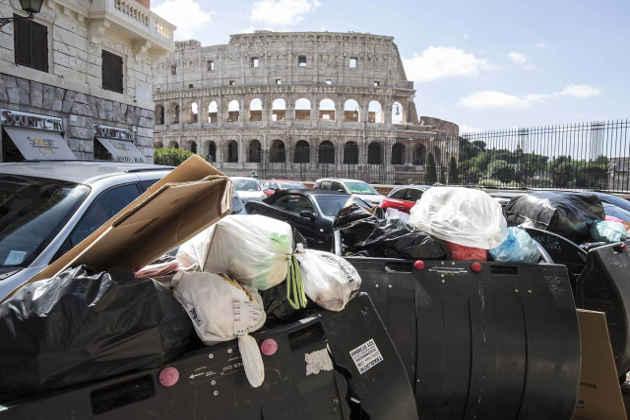 Un'immagine di cassonetti colmi di rifiuti a Roma