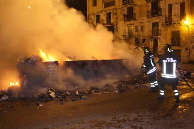 Un'immagine dell'intervento dei vigili del fuoco a Palermo per un rogo di rifiuti