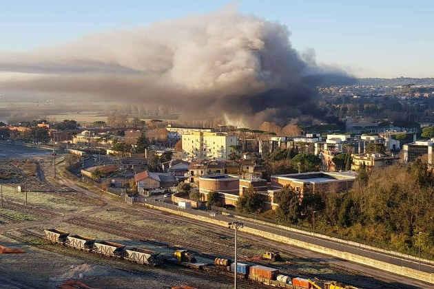 Le immagini delle nubi sprigionate dall'incendio avvenuto al Tmb Salario Incendio