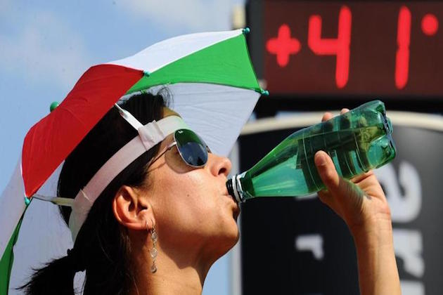 Una donna beve acqua in una città d'Italia con temperatura sopra i 40 gradi