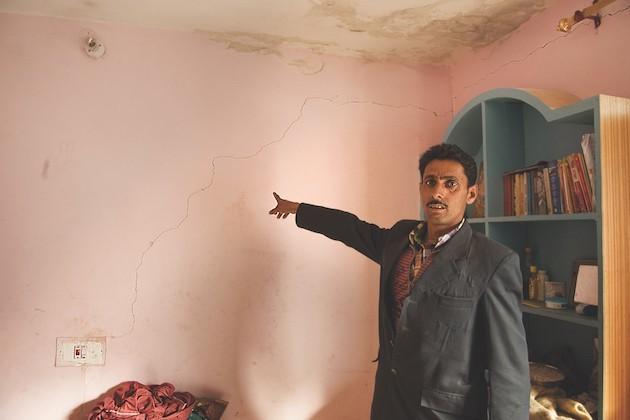 Abitante Del Villaggio Di Rishikesh Mostra Le Crepe Causate Nei Muri Di Casa Sua A Causa Della Costruzione Dell'impianto Idroelettrico Di Karcham Wangtoo