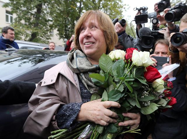 epaselect epa04968790 Belarussian writer and journalist Svetlana Alexievich arrives for a press conference in Minsk, Belarus, 08 October 2015. Alexievich has won the 2015 Nobel Prize in Literature, The Swedish Academy announced in Stockholm on 08 October 2015.  EPA/TATYANA ZENKOVICH