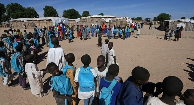 L'immagine di bambini che usufruiscono di un progetto Unicef in un villaggio in Africa