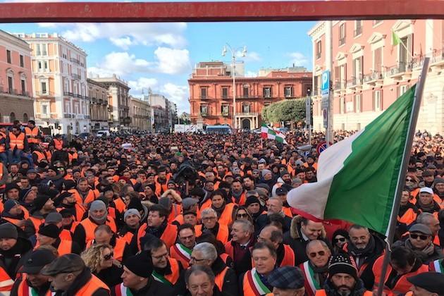 Migliaia di persone protestano a Bari indossando i gilet arancioni