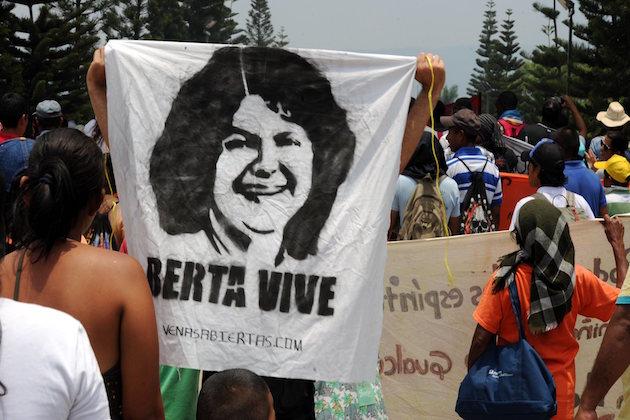 Una manifestazione per chiedere giustizia per l'omicidio di Berta Caceres